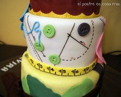 Tarta caza y costura -detalle botones- by El postre es cosa mía, via Flickr