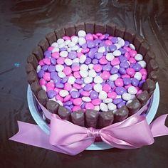 Bolo decorado com twix e confeitos de coração#cake