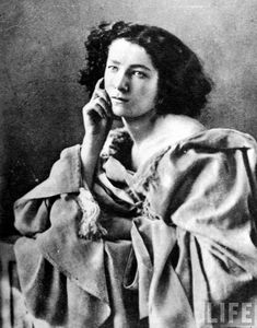 Young French actress Sarah Bernhardt posing for ambrotype by pioneer photographer Felix Nadar. Get premium, high resolution news photos at Getty Images Vintage Movie Stars, Vintage Movies, Black And White Portraits, Black And White Photography, Famous French, Pre Raphaelite, Alphonse Mucha, French Actress, Le Web