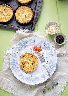 Quiches de queso y cebolla con tomillo fresco/ Cheese and onion quiche with fresh thyme