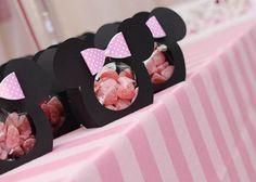 Para comemorar 1 ano da Thalia, o tema escolhido foi festa da Minnie provençal! Tudo em rosa e branco, super delicado! Adorei o portal de balões no formato das orelhadas da personagem com laço .. ficou lindo!!! Outra dica é usar embalagens diferenciadas de papel com balinhas de goma e outros doces gostosos que não … Minie Mouse Party, Minnie Mouse Clubhouse, Minnie Mouse Pink, Mickey Party, Mickey Mouse Birthday, Baby Birthday, 1st Birthday Parties, Minnie Mouse Decorations, Happy Party