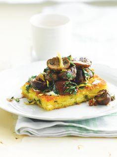 Proberen. ...Bereiden: Maak een mayonaise door de eierdooiers goed te mengen met het wasabipoeder, citroensap en wijnazijn. Voeg er al roerend de olie aan toe tot je een dikke mayonaise verkrijgt. Snijd de lente-ui in kleine stukjes. Breng de bouillon met de boter aan de kook. Haal de pan van het vuur en voeg de polenta toe.