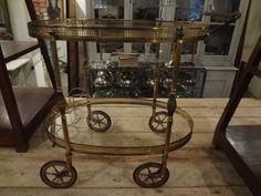 Elegant ovale barvogn i messing med mange detaljer og fine hjul. Mål: H. 72 X B. 46 X L. 75cm.