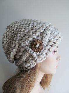 Bonnet ample surdimensionné, ou bonnet de câble avec un bouton en bois fait à la main. Fait de fil acrylique super morceaux doux de grande couture audacieux. Le bonnet est équipée en vrac, épais et confortable. C'est un accessoire idéal pour l'hiver, automne et printemps. Couleur: en