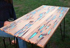 Mesa com tampo de madeira e resina reciclada
