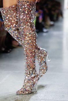 Jeremy Scott Ready To Wear Spring Summer 2019 New York - Shoes with great design - Art Estilo Fashion, Look Fashion, Runway Fashion, Fashion Shoes, Street Fashion, Fashion Design, Trendy Fashion, Fashion Spring, Sport Fashion