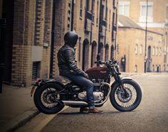 Triumphrevelou à novaMoto Bobber Bonneville, simplesmente deslumbrante. Com um estilo inspirado por bobbers da década de 1940, esta nova Triumph é despojada ao essencial.Ela é alimentada por um motor de d