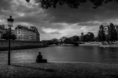 Île de la Cité Paris! A beautiful view I had the chance to capture during my workshop Paris in Spring I love shooting Cityscape and to add a person in the frame on this one I use the lady as my foreground element it gives more dimension to the photo! #photoserge #cityscape #blackandwhite #view #composition #parisinspring #workshop #clouds