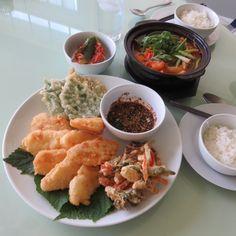 Today's Dinner- Assorted tempura  and spicy sea food stew. 오늘 저녘은 얼큰한 해물 매운탕과 함께 동태튀김, 감자, 파, 미나리, 당근을 섞은 야채튀김 과 깻잎튀김 을 만들어보았다.