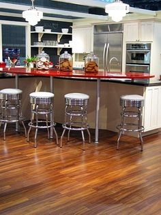 THIS KITCHEN IS AWESOME!! It reminds me of the old pharmacy/soda shops from the 50's and 60's <3