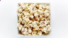 Birthday Cake Popcorn Recipe - Easy Popcorn Recipes - Bite Sara H recommends Me Birthday Cake Popcorn, Cookie Cake Birthday, Popcorn Cake, Pop Popcorn, Yummy Treats, Delicious Desserts, Sweet Treats, Yummy Food, Popcorn Recipes