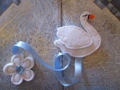 Segnalibro in feltro:  Cigno Bianco con nastro azzurro e fiore bianco - Regalo di compleanno - Regalo per lettori - Handmade - di TinyFeltHeart su Etsy