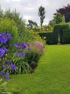 An English cottage-style garden, with lots of beautiful design ideas. Border full of perennials that burst into flower in summer. English Cottage Style, English Country Decor, Cottage Garden Design, Cottage Gardens, Herbaceous Border, Garden Borders, Design Ideas, Diy Design, Natural Looks