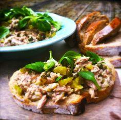 Dit is echt mijn favoriete tonijnsalade! Het makkelijke van deze salade is dat je de ingrediënten hiervoor eigenlijk altijd wel in huis hebt. Ingredïenten: