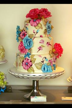 Painted cake with sugar flowers by Confiserie de Lu - Wedding cake #cake #paintedcake #weddingcake