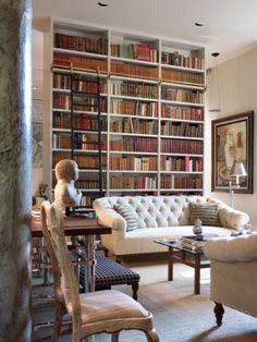 Visite d'un appartement agencé par le décorateur espagnol Luis Bustamante. Une grande pièce bibliothèque est le coeur de cet appartement agencé dans un esprit néo-classique modernisé.