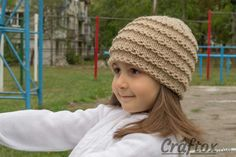 Easy beanie knitting pattern. Free. Left view.