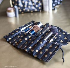 Make-up Brush Travel Roll - Free Sewing Tutorial this would be great for crochet hooks too just sew a flap on top to keep them in :)