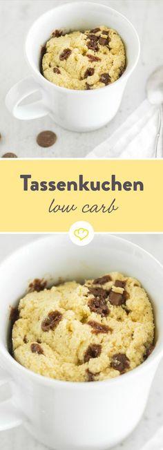 Der schnellste Low-Carb-Kuchen der Welt schmeckt so gar nicht nach Diät. Kokosmehl und Schokostückchen verleihen dem Tassen-Snack das gewisse Etwas.