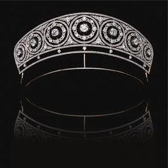 Diamante tiara, circa 1905Designed como uma série de sete círculos formados millegrain-set com pedras rosa, cada um baixo-relevo com uma rosa e circular de corte coroa de diamante, para um centro de diamante em forma de almofada definido em pinças de corte para baixo, ainda mais decoradas por foliate. ..