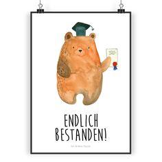 Poster DIN A3 Prüfungsbär aus Papier 160 Gramm  weiß - Das Original von Mr. & Mrs. Panda.  Jedes wunderschöne Poster aus dem Hause Mr. & Mrs. Panda ist mit Liebe handgezeichnet und entworfen. Wir liefern es sicher und schnell im Format DIN A3 zu dir nach Hause.    Über unser Motiv Prüfungsbär  Unser süßer Prüfungsbär hat sich exzellent durch alle Prüfungen gekämpft und hat bestanden! Herzlichen Glückwunsch!     Verwendete Materialien  Es handelt sich um sehr hochwertiges und edles Papier in…