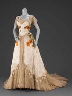 Designed by Jean-Philippe Worth for House of Worth circa 1902 made from Silk, voided velvet with satin ground, appliquéd and trimmed with chenille and rhinestones, lace. 1900s Fashion, Edwardian Fashion, Vintage Fashion, House Of Worth, Old Dresses, Pretty Dresses, Woman Dresses, Floral Dresses, Vintage Gowns