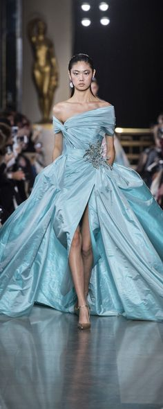 Elie Saab Spring-summer 2019 – Couture – www. Elie Saab Couture, Haute Couture Paris, Couture Mode, Style Couture, Couture Fashion, Runway Fashion, Fashion Models, Trendy Fashion, Fashion Top