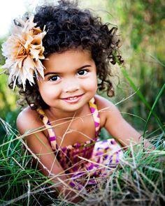 schwarze Mädchen lockige Frisuren und eine Blume