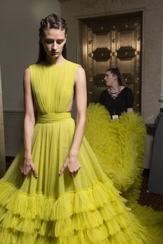 Christian Siriano at New York Fashion Week Spring 2019 - Backstage Runway Photos Modest Fashion, Fashion Dresses, Effortlessly Chic Outfits, Look Fashion, Fashion Design, Fashion Trends, Yellow Fashion, Christian Siriano, Haute Couture Fashion