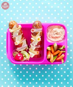 Bento Boxen – kreative Brotdosen to go - Laugenstangen mit Aufschnitt, dazu Möhren-Gurkensticks mit Dip. Snack Box, Bento Box Lunch, Lunch Snacks, Lunch Boxes, Lunch Containers, Food To Go, Food And Drink, Kindergarten Snacks, Adult Lunch Box