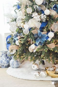 blue-white-and-gold-christmas-tree-with-fur-skirt - christmas dekoration Christmas Palette, Blue Christmas Decor, Gold Christmas Decorations, Gold Christmas Tree, Christmas Tree Themes, Christmas Home, Christmas Mantles, Christmas Villages, Victorian Christmas