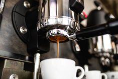 Dá. V mnohých prípadoch však takéhoto antikávového človeka spoznáte podľa neustáleho zívania a dopovania sa inými náhradnými látkami – napríklad čiernym čajom, zeleným čajom, bezkofeínovou kávou a podobne. Espresso Machine, Coffee Maker, Kitchen Appliances, Espresso Coffee Machine, Coffee Maker Machine, Diy Kitchen Appliances, Coffee Percolator, Home Appliances, Coffee Making Machine