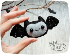 Felt Halloween Decoration Bat Ornament by MyMagicFelt (Cute Diy Gifts) - Halloween Ideas 2018 Halloween Bat Decorations, Theme Halloween, Halloween Toys, Halloween Ornaments, Felt Ornaments, Felt Diy, Felt Crafts, Crafts To Make, Courge Halloween