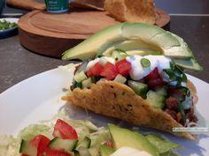 Koolhydraatarme taco's, traditioneel met gehaktsaus, rauwkost en guacamole of met paksoi, kip, kerriesaus, ui, prei, groene paprika, peterselie en citroen.