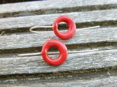 Oorbellen: handgemaakte open schijfvormige parel rood door Keraleen