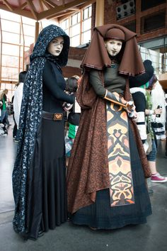 The true expression of Jedi skills is to combat in full lenght skirts and huge capes. Jedi masters add strange headgear to increase the level of difficulty. Luminara Unduli and Barriss Offee as see...