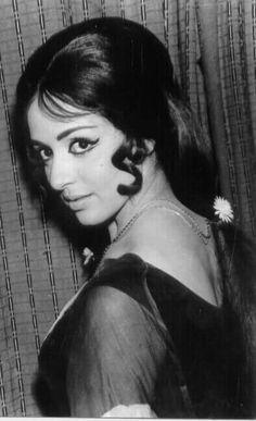Hema Malini Source by MimiMinger Bollywood Heroine, Beautiful Bollywood Actress, Most Beautiful Indian Actress, Indian Celebrities, Bollywood Celebrities, Classic Actresses, Indian Actresses, Hema Malini, Actress Anushka