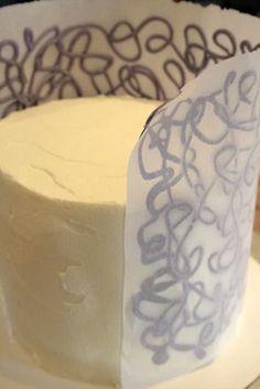 Bolo com desenhos de chocolate no papel manteiga e aplicação final