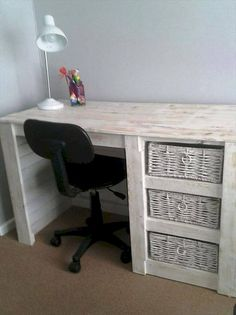 Pallet Desk with Basket Storage Compartments - 20 Best Pallet Ideas to DIY Your Own Pallet Furniture - DIY & Crafts (Diy Furniture Projects) Pallet Furniture Desk, Pallet Desk, Wooden Pallet Projects, Plywood Furniture, Repurposed Furniture, Cheap Furniture, Furniture Projects, Furniture Plans, Rustic Furniture