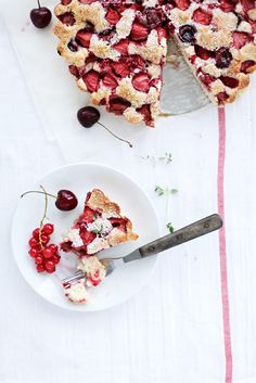 strawberry and cherry crumble pie
