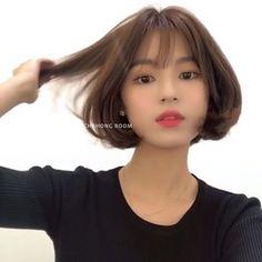• 2019 여자단발머리스타일 단발보니펌 BONNIE 💜 : 네이버 블로그 Korean Short Hair Bob, Kpop Short Hair, Medium Short Hair, Girl Short Hair, Short Hair Cuts, Medium Hair Styles, Curly Hair Styles, Korean Hair Color, Middle Hair