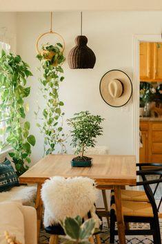 Ideias criativas e fáceis para a decoração da casa nova Decorating Tips, Decorating Your Home, Guest Bedroom Office, Fabric Placemats, Floor Plants, Floor Seating, Painted Pots, Fashion Room, Hanging Plants