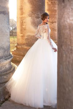 Romantic Puffy Ball Gown Wedding Dresses 2017 Lace Appliques Long Sleeve Bateau Neck Court Train Tulle Chapel Bridal Gowns New Arrival