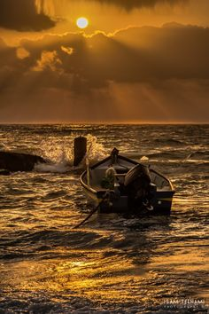 Artistic-realistic nature - The golden sea on by Isam Telhami. Skier, Gif Animé, Nature Photos, Canoe, Wonders Of The World, Sunsets, Cool Photos, Sailing, Beautiful Places