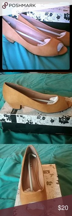 Brand New CL by Laundry low heels CL by Laundry Mustard colored low heels. Size 8.5M BRAND NEW IN BOX. Chinese Laundry Shoes Heels