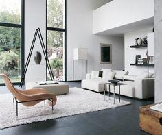 Salon minimaliste et blanc avec un mobilier élégant