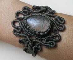 Bracelete tecido em macramé com pedra de Quartzo Turmalinado Verde. Fechamento…