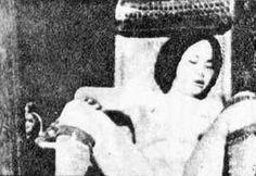 สาวจีนถูกญี่ปุ่นข่มขืนบนเก้าอี้  Chinese women under the iron heel of the Japanese  A woman tied to a chair gang rape.