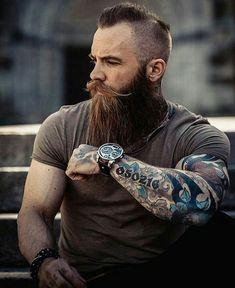 homem com tatuagem e barba