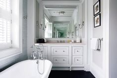 Small bathroom with a bathtub / white and gray